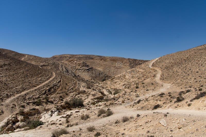 Un désert en pierre accidenté, avec des routes images stock