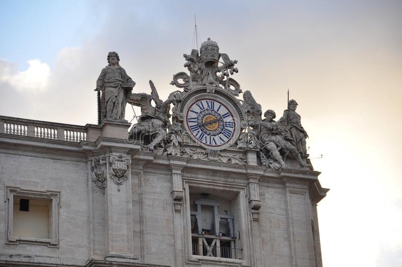 Un détail de la façade de la basilique de St Peter à Vatican images libres de droits
