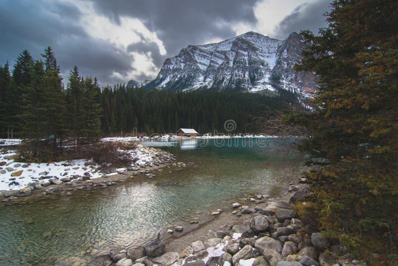 Un día cambiante sobre Lake Louise en Banff sobre la casa barco famosa imagen de archivo
