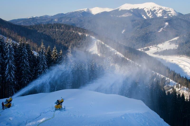 Un día de invierno soleado en Bukovel Ucrania Cárpatos fotografía de archivo libre de regalías