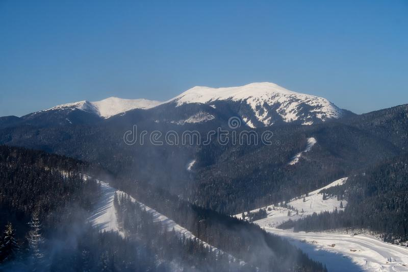 Un día de invierno soleado en Bukovel Ucrania Cárpatos imagen de archivo