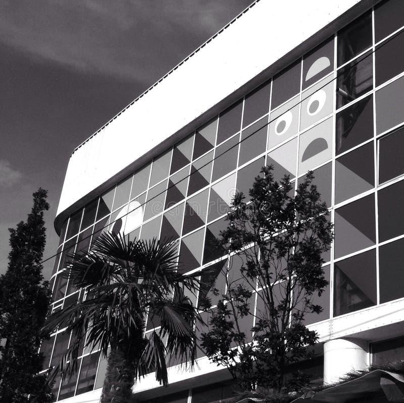 Un día de verano soleado que refleja en abajo un edificio de la ciudad foto de archivo libre de regalías