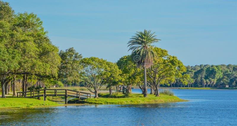 Un día hermoso para un paseo y la vista del puente de madera a la isla en Juan S Taylor Park en largo, la Florida fotografía de archivo libre de regalías