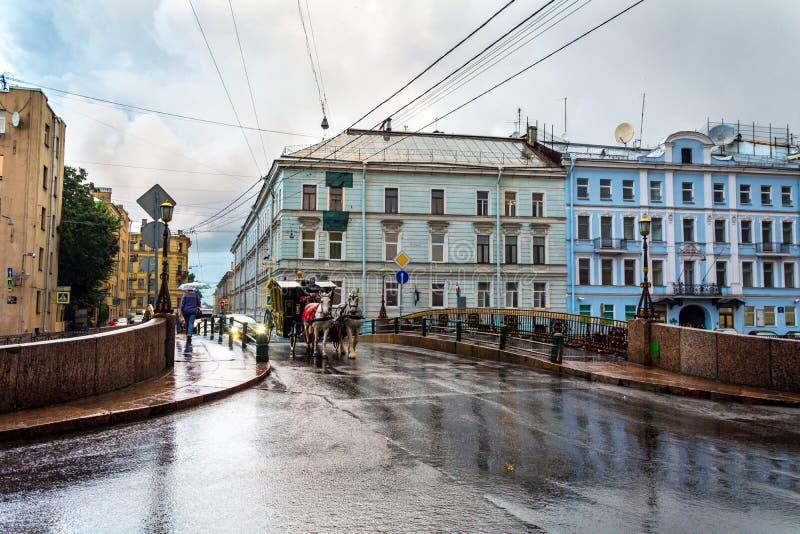 Un día lluvioso en St Petersburg, la noche blanca imágenes de archivo libres de regalías