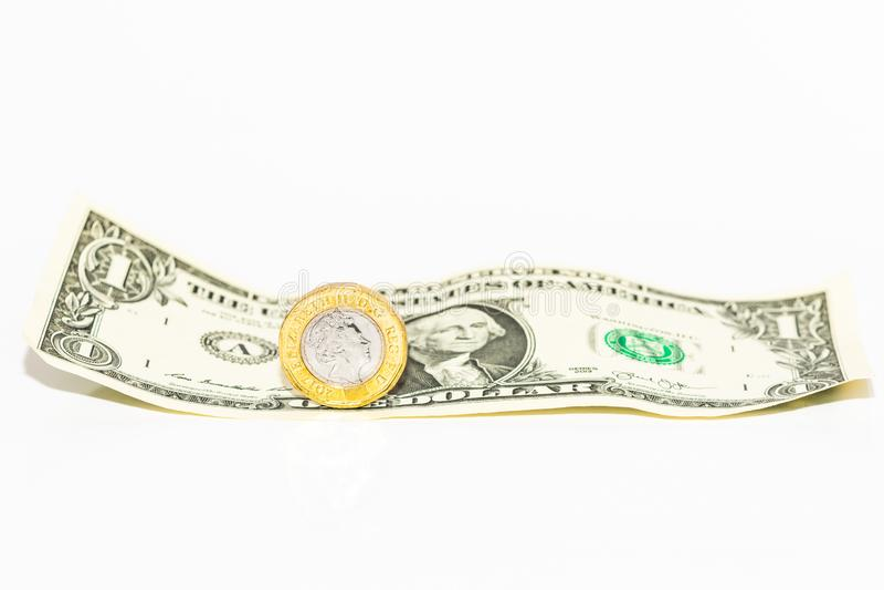 Un dólar estadounidense con una libra británica imagenes de archivo