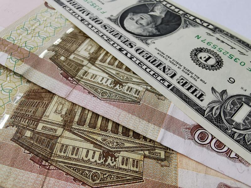 Un dólar y doscientos rublos rusos imagen de archivo