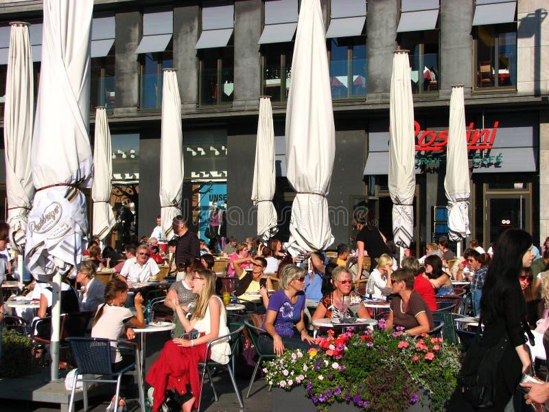 Un d?a de verano hermoso en un caf?, Halle, Alemania imágenes de archivo libres de regalías