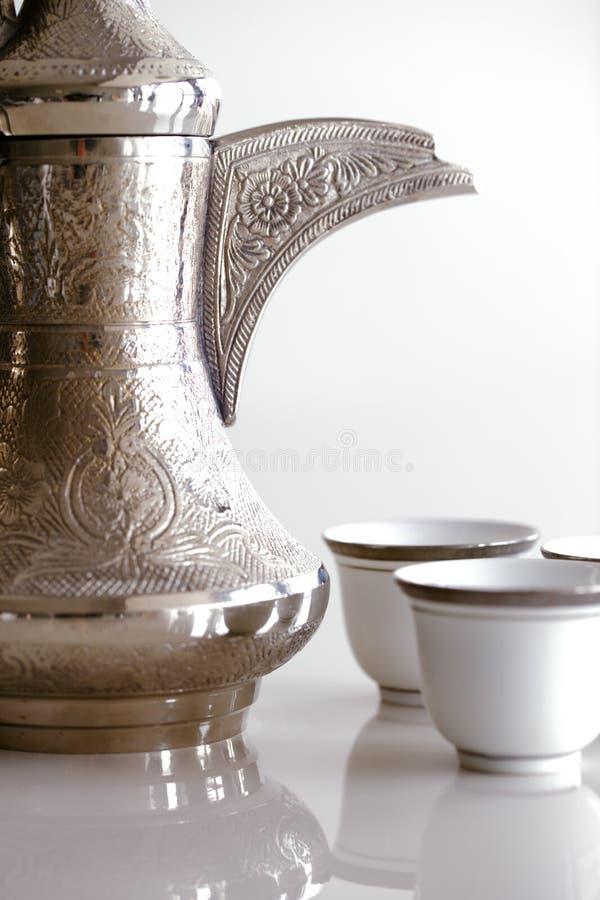 Un dallah è un vaso del metallo progettato per produrre il caffè arabo immagine stock libera da diritti