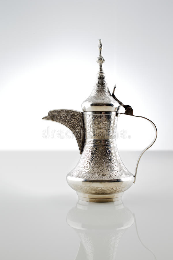 Un dallah decorato che è un vaso del metallo per produrre il caffè arabo fotografia stock libera da diritti