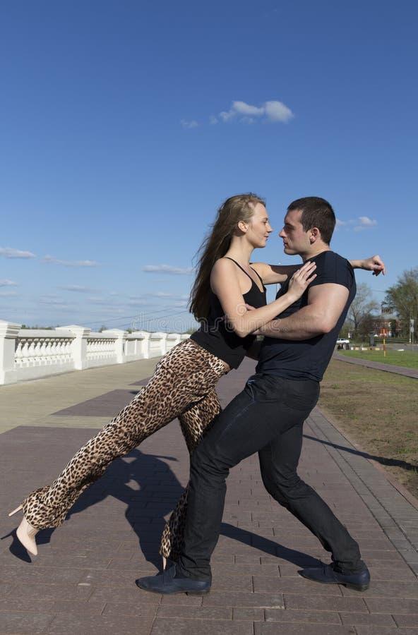 Un dancing delle coppie degli amanti sulla via fotografia stock libera da diritti