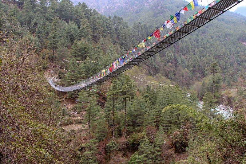 Un de ponts suspendus au-dessus de rivière de Dudh Koshi sur le chemin au camp de base d'Everest, Solukhumbu, Népal images libres de droits