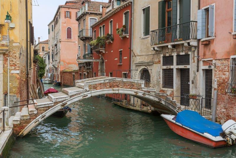 Jetez un pont sur sans des côtés Venise photo stock