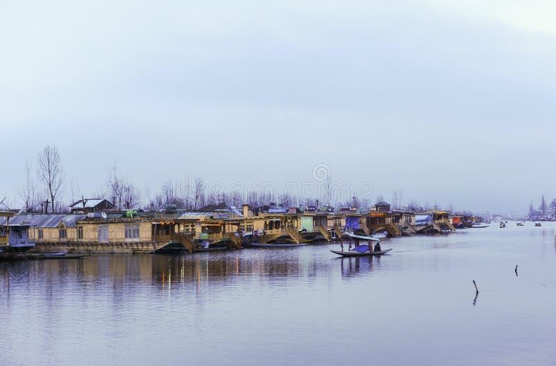 Un ` de Shikara del ` de la llamada del barco usado por la gente local para viajar cruz Dal Lake fotografía de archivo libre de regalías