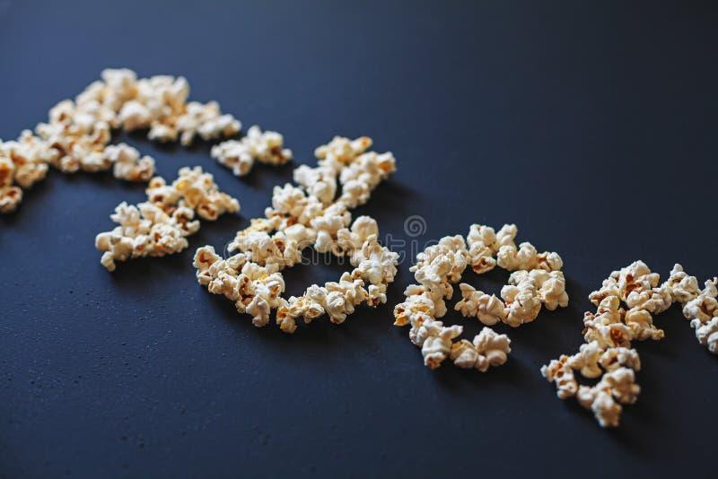 Un ` della fibra del ` di parola fatto di popcorn fresco sulla metallina scura ha dipinto la superficie fotografia stock libera da diritti