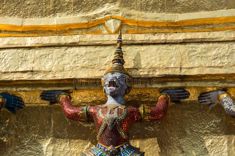 Un demonio y stupa de oro imágenes de archivo libres de regalías