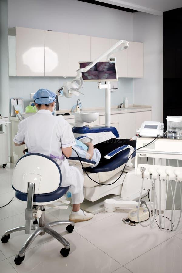 Un dentista che lavora in una clinica dentaria immagini stock libere da diritti