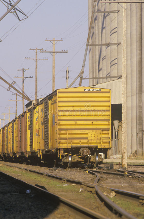 Un depósito de tren y un silo de grano foto de archivo libre de regalías