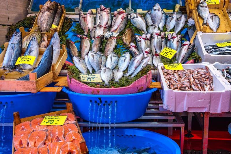 Un deposito del pesce con varietà di pesci e di venditori nel mercato pubblico fotografia stock libera da diritti