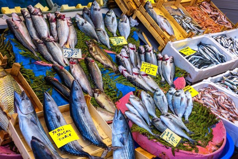 Un deposito del pesce con varietà di pesci e di venditori nel mercato pubblico immagine stock libera da diritti