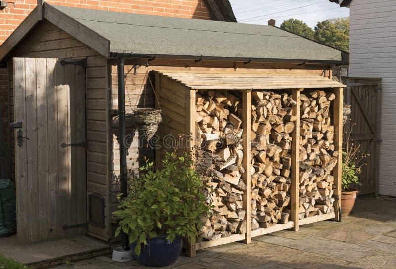 Un deposito in pieno completamente impilato del ceppo dei ceppi per la stagione invernale fotografie stock libere da diritti