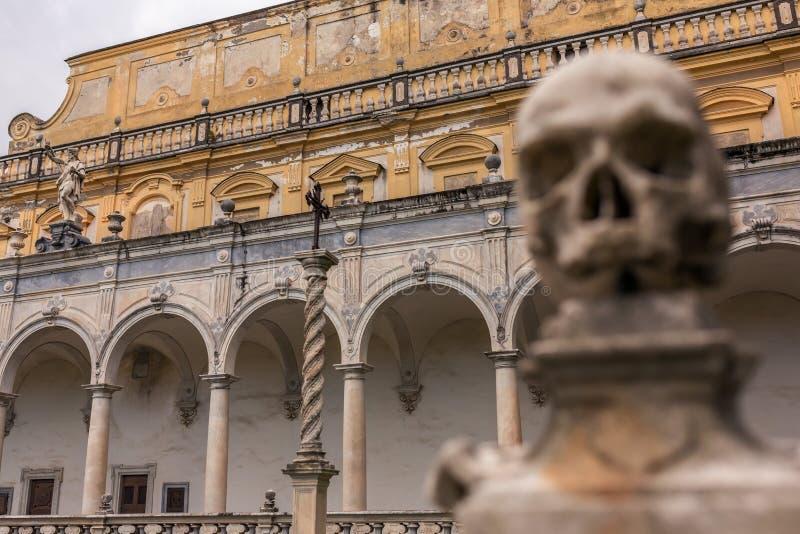 Un des crânes sur la barrière du monastère Certosa di San Martino à Naples image stock