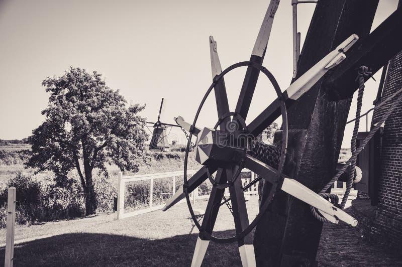 Un des nombreux moulins flottant sur les rivi?res de Kinderdijk photographie stock libre de droits