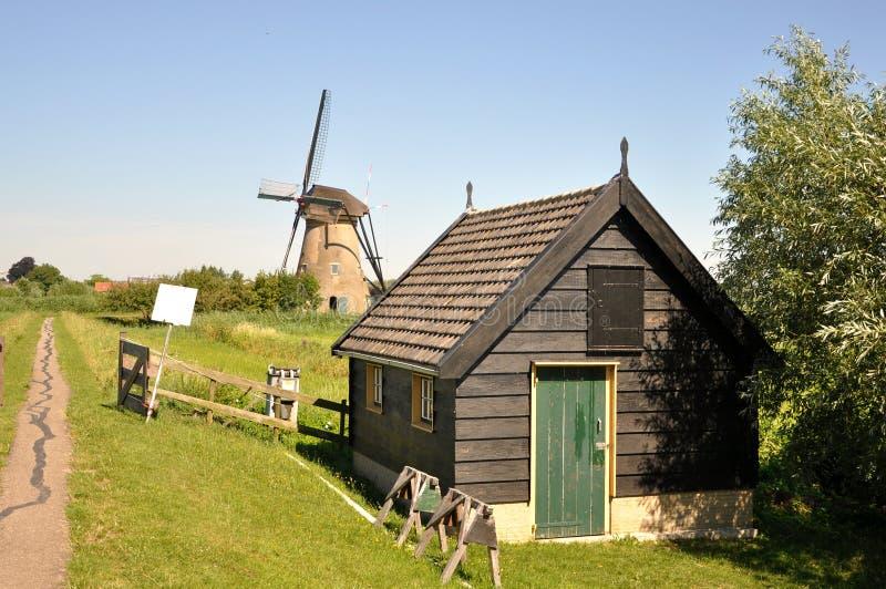 Un des nombreux moulins flottant sur les rivi?res de Kinderdijk photos libres de droits