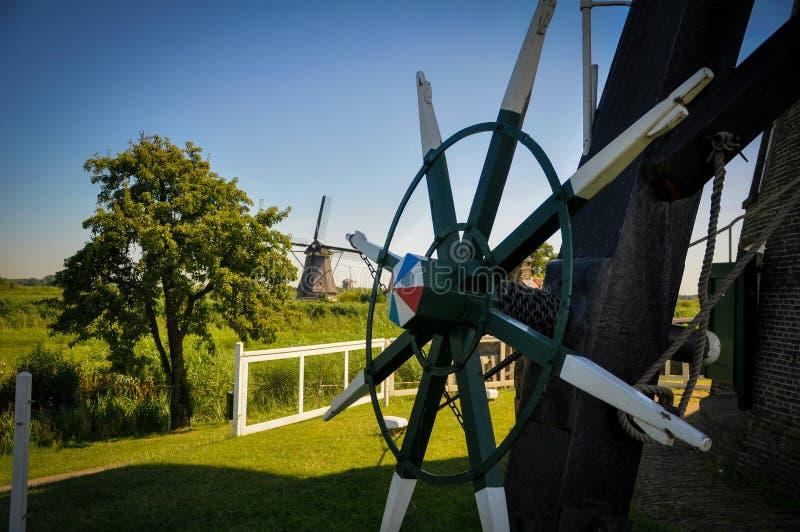 Un des nombreux moulins flottant sur les rivi?res de Kinderdijk image libre de droits