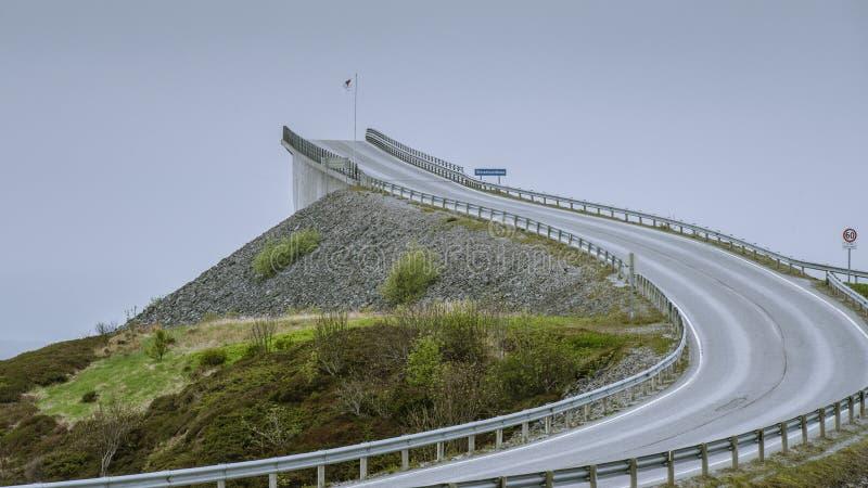 Un des nombreux ponts en Norvège mais celui-ci finit image stock