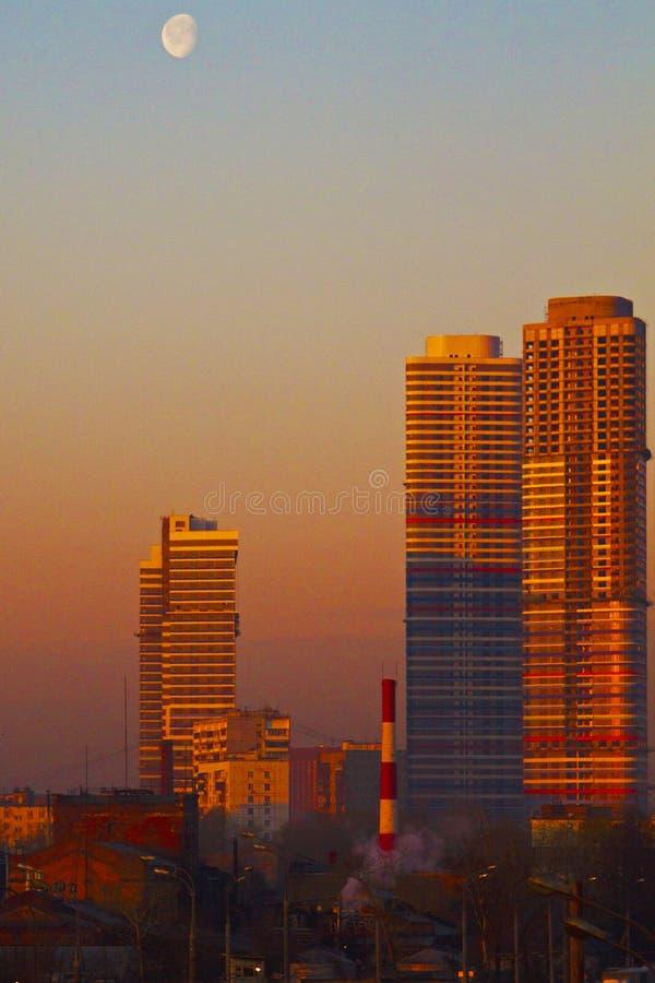 Un des quelques gratte-ciel à Moscou à six pendant le matin photographie stock