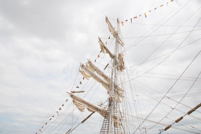 Un des trois mâts d'un navire de navigation images stock