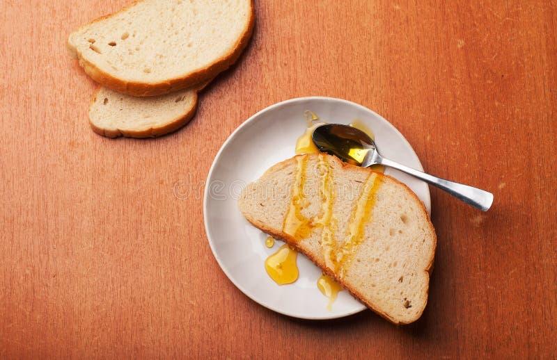 Un desayuno sano con pan y miel fotos de archivo