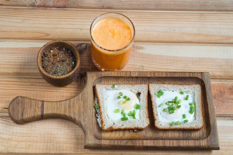 Un desayuno sano el zumo de naranja de los huevos fritos fotos de archivo