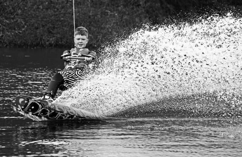 Un despertar-embarque del hombre joven/el practicar surf fotos de archivo