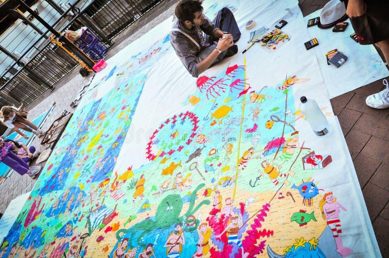 Un dessin d'artiste de rue sur le grand morceau de papier présenté sur le plancher à Sydney, Quay circulaire photo stock