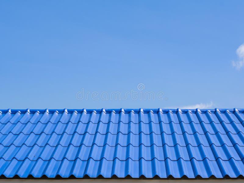 Un dessus de toit avec les tuiles bleues photographie stock