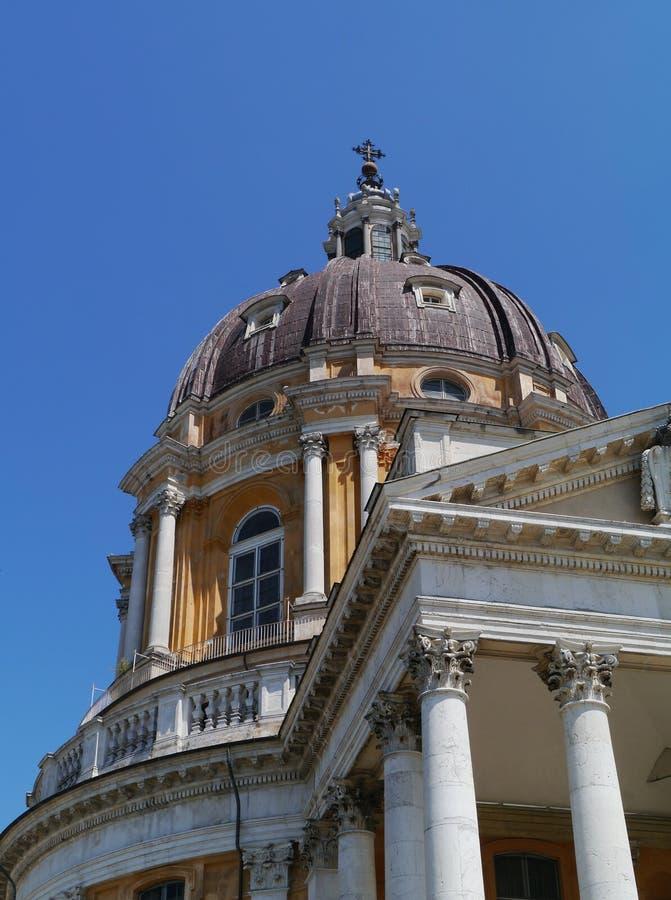 Un detalle de una iglesia amarilla italiana cerca de Turín imágenes de archivo libres de regalías