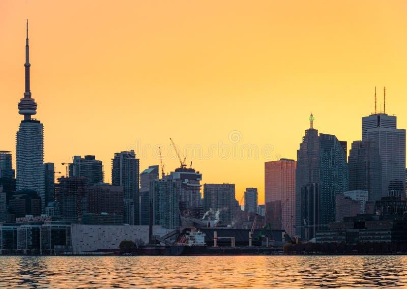 Un detalle del horizonte céntrico de Toronto con una puesta del sol caliente foto de archivo libre de regalías