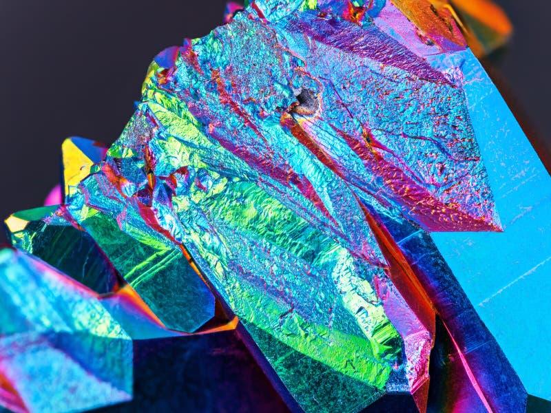 Un detalle extremadamente agudo y detallado del racimo del cristal de cuarzo de la aureola del arco iris del titanio tomado con u fotos de archivo