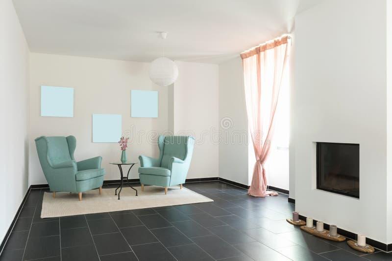 Un dettaglio di due poltrone del turchese in appartamento vuoto fotografia stock libera da diritti