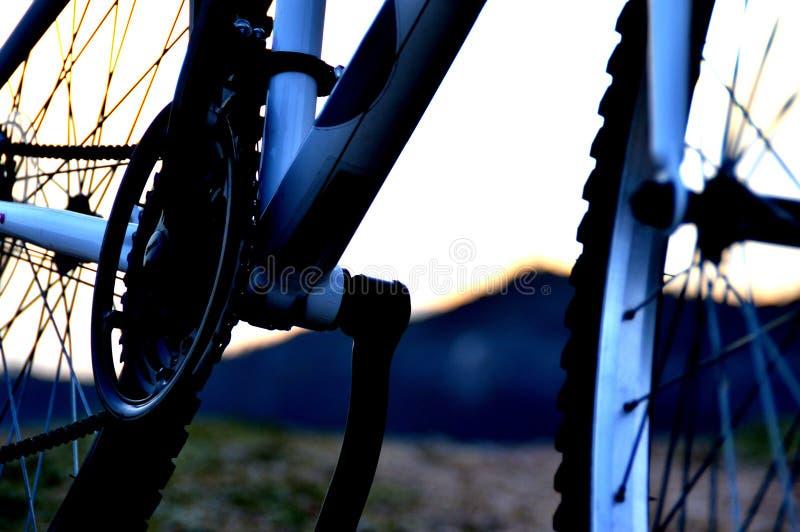 Un dettaglio di una bicicletta nella sera fotografia stock libera da diritti