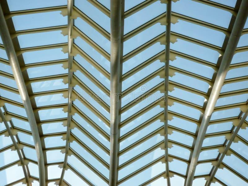 Un dettaglio interno del metallo e della struttura a forma di di vetro della facciata fotografia stock