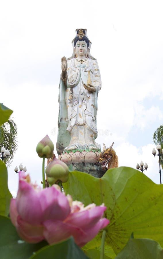 Un dieu chinois au temple image stock