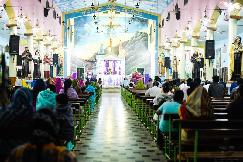 Un dieu de prière de pasteur et de personnes dans l'église images libres de droits