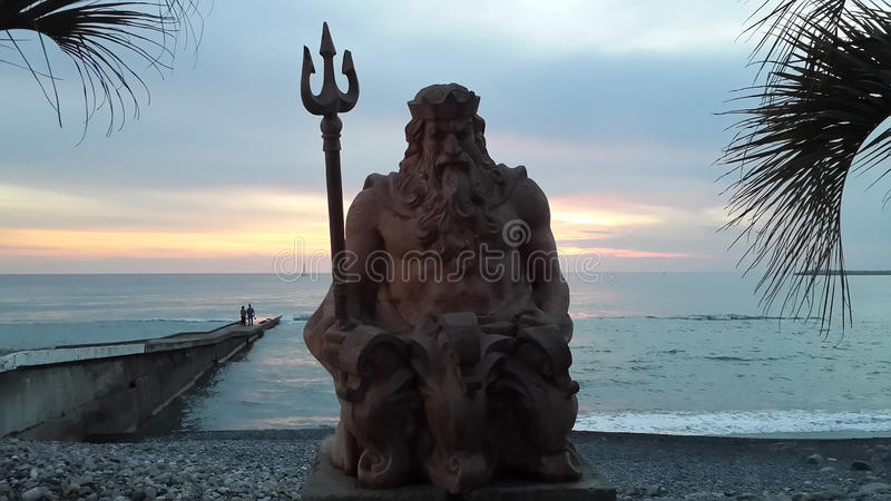 Un dieu Neptune de mer au coucher du soleil, station de vacances de Sotchi photo stock