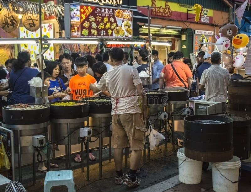 Un dim sum rapide au marché asiatique typique de nuit dans la rue de Jonker, Melaka photo libre de droits
