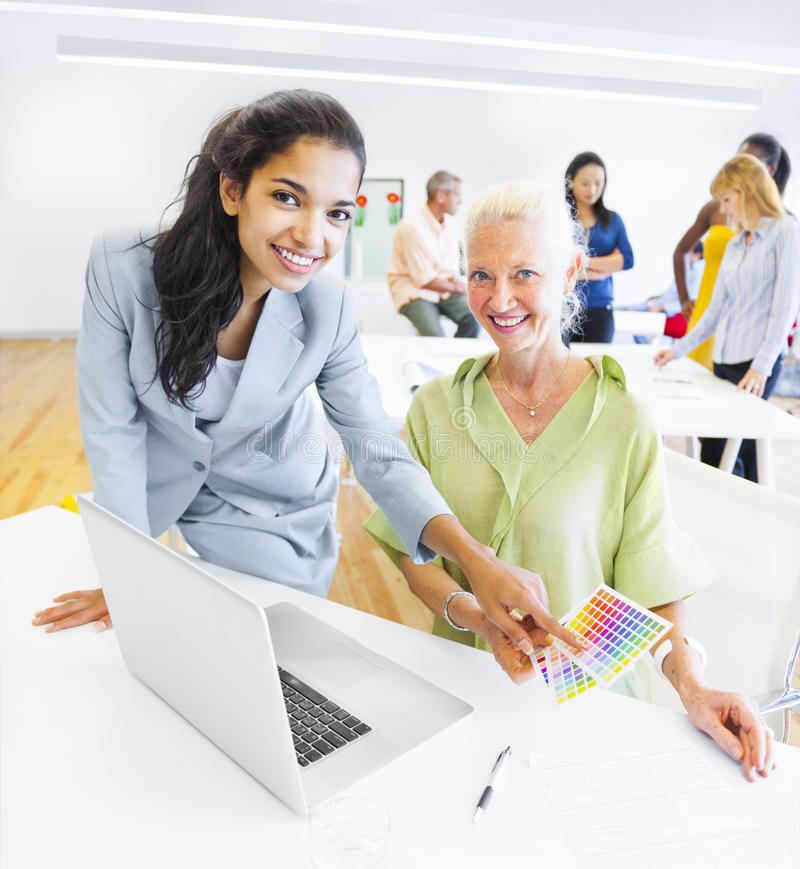 Un diseñador Choosing un color del color Swatch imagenes de archivo