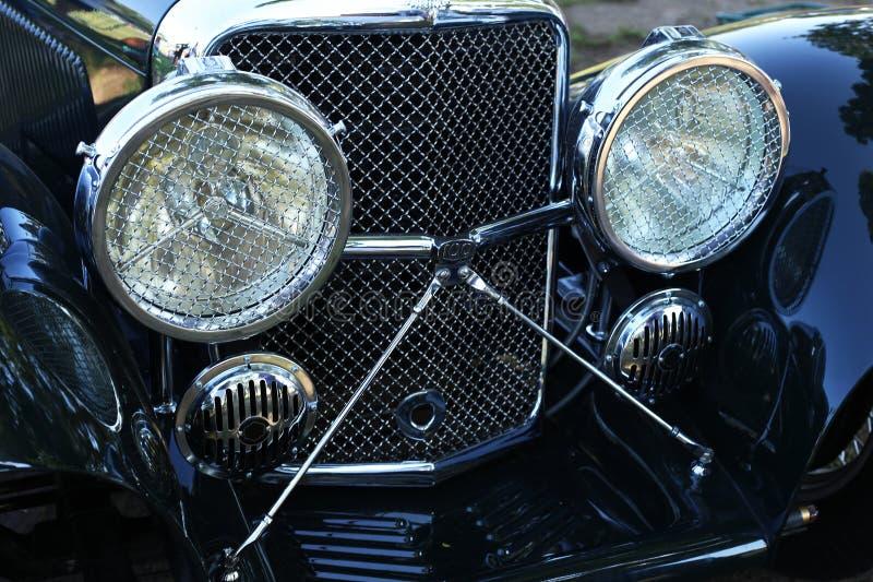 Un diseño asombroso de las linternas retras del coche imagen de archivo