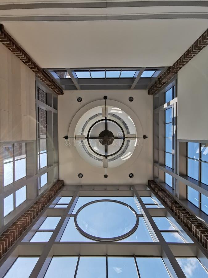 Un diseño constructivo moderno simétrico con texturas de cristal minimalistas del panel y blancas imágenes de archivo libres de regalías
