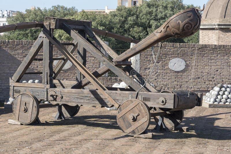 Un dispositivo balistico di legno di una catapulta medievale fotografia stock